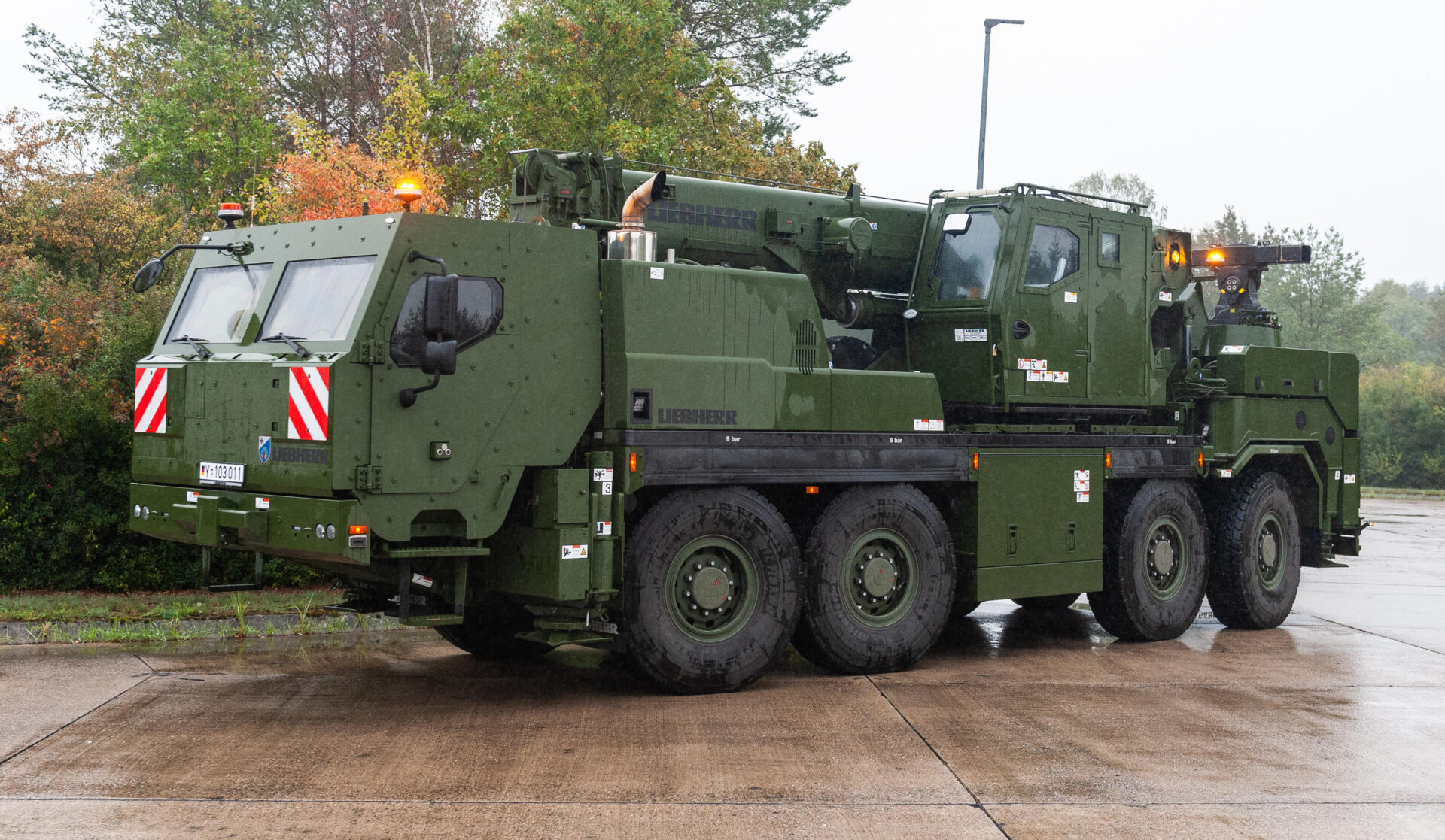 """Trauen, Germany. 25th Sep, 2019. A protected recovery crane vehicle of the type """"G-BKF"""" stands on one place during the information training exercise """"Land Operations 2019"""". Credit: Philipp Schulze/dpa/Alamy Live News"""